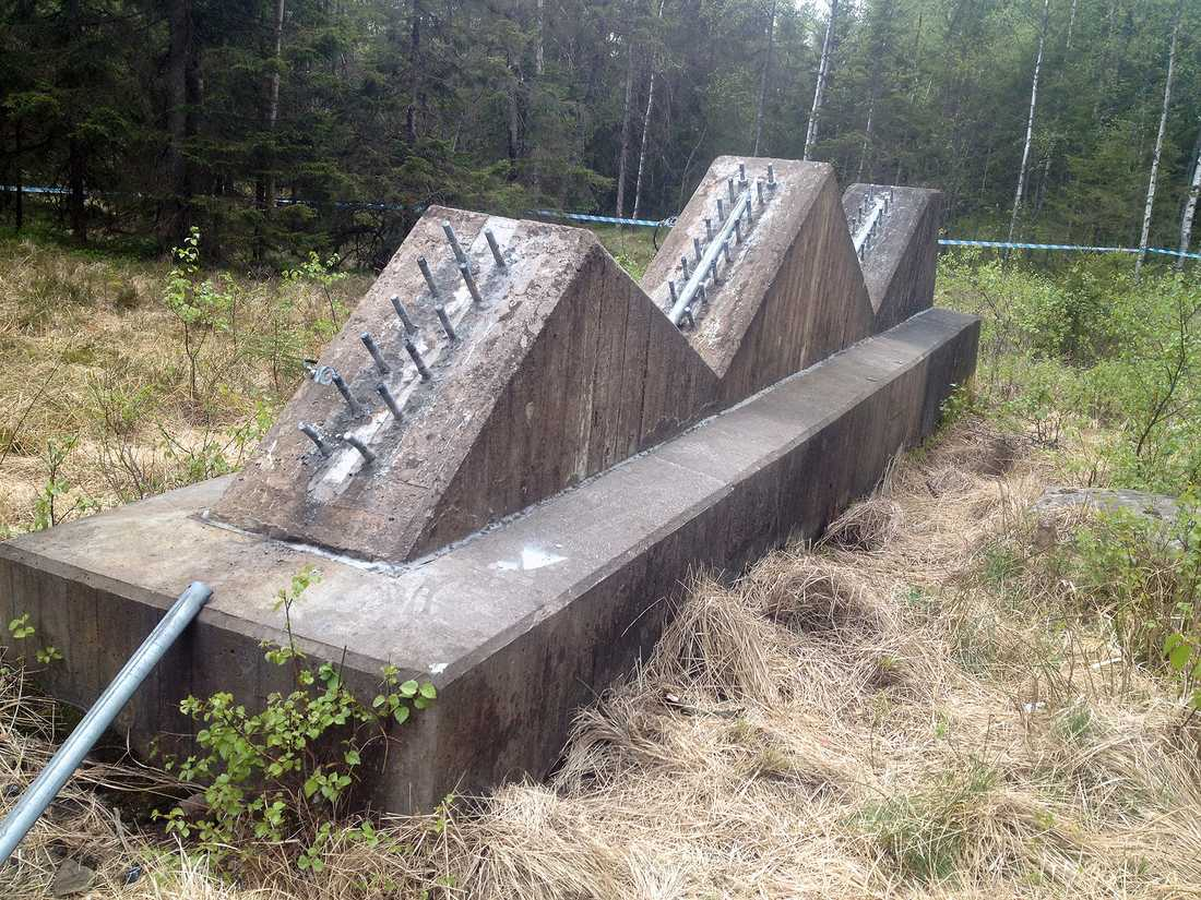 På bilderna syns hur någon skruvat loss de bultar som fäster mastens stålvarjar i betongfundamentet.