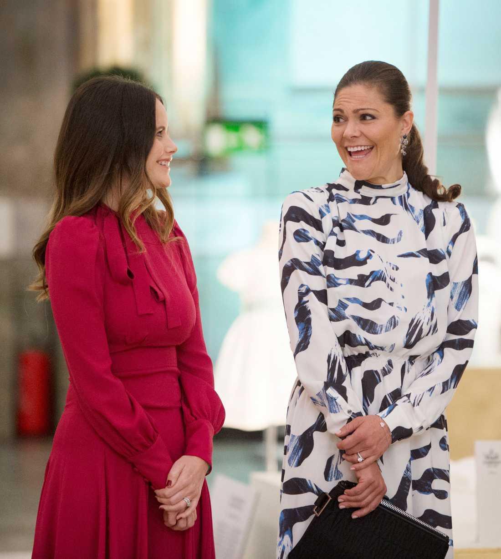 Både Sofia och Victoria har nära till skratt.