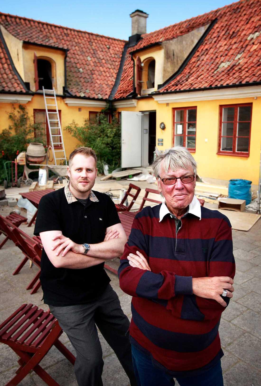 Lasse Flinckman och Henrik Strömberg framför kaféet, som Henrik nu driver vidare på egen hand.