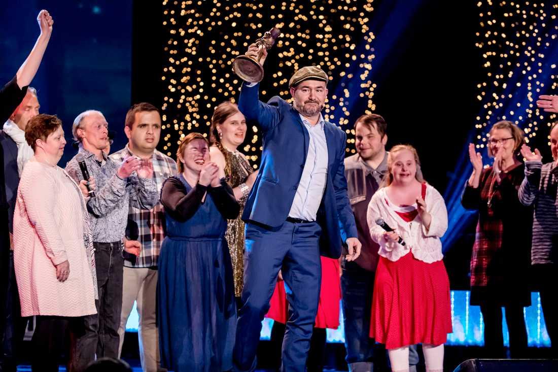 Glada Hudik-teatern sjöng på scenen för att hylla Pär Johansson, som blev djupt berörd.