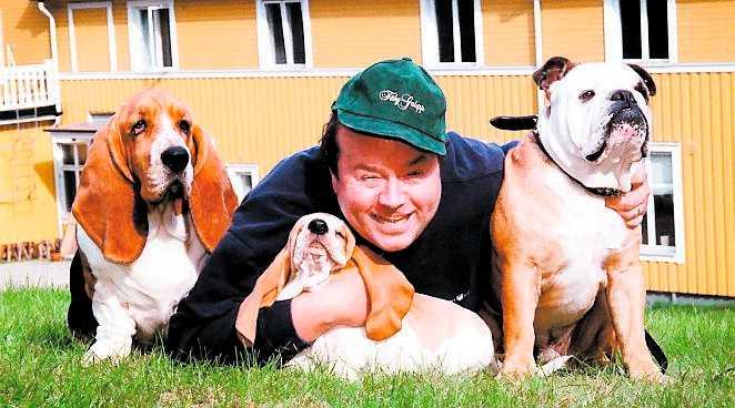 Ulf Larsson med hundarna Douglas och Ossian 1998. I dag är de två hundarna döda. Vovven i mitten heter Lennart.