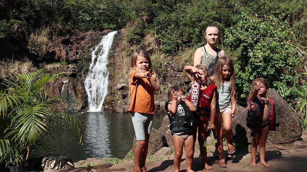 Föräldrarna Joel och Lisa Holmqvist sålde allt för att ta med de sex barnen på en jorden runt-resa. Barnen heter Minoo 12, Sam, 8, Perla, 7, Penny, 5, Beata, 3 och Colette 2 år.
