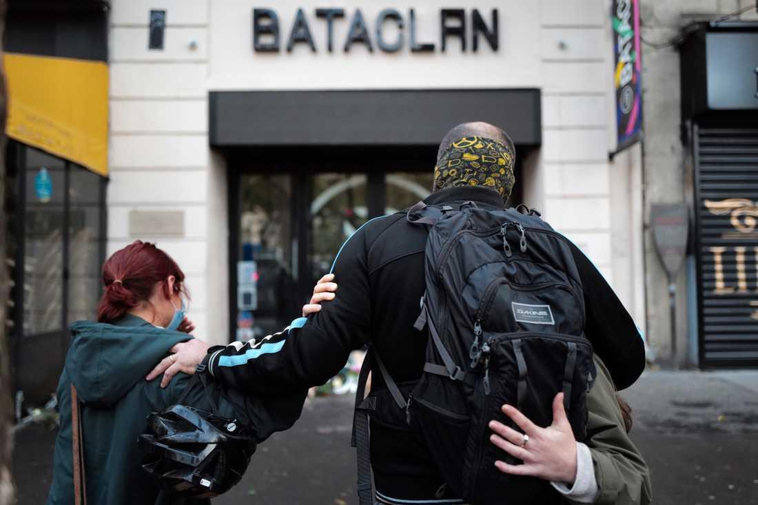 Anhöriga samlades utanför Bataclan den 13 november 2020 för att hedra offren i dåden som skakade Frankrike fem år tidigare. Arkivbild.