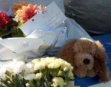 Platsen för dödskraschen täcktes snabbt av blommor och hälsningar till den omkomne Joakim Karlsson.