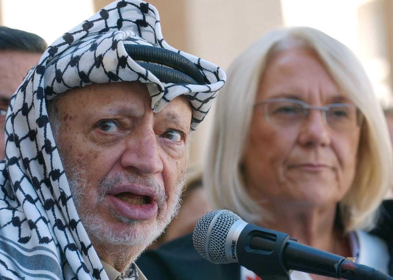 Arafat tillsammans med dåvarande svenska utrikesministern Laila Freivalds i Ramallah 2004.