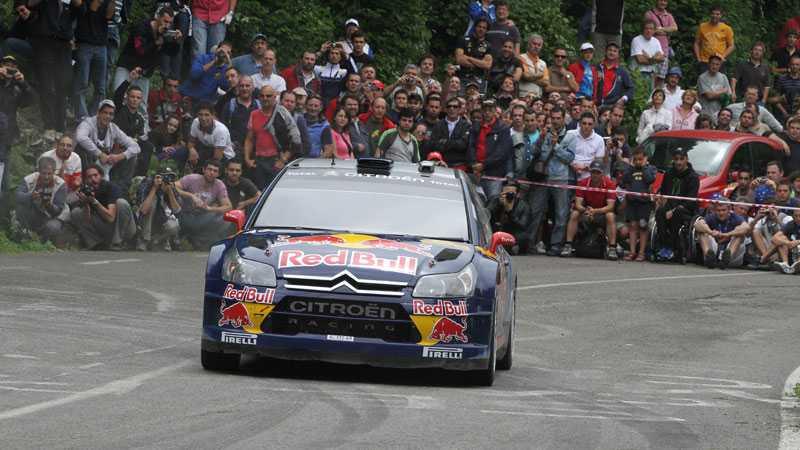 Kimi Räikkönen låg i ledningen av det italienska asfaltrallyt, men fick se sig besegrad av stallkamraten Sébastien Ogier.