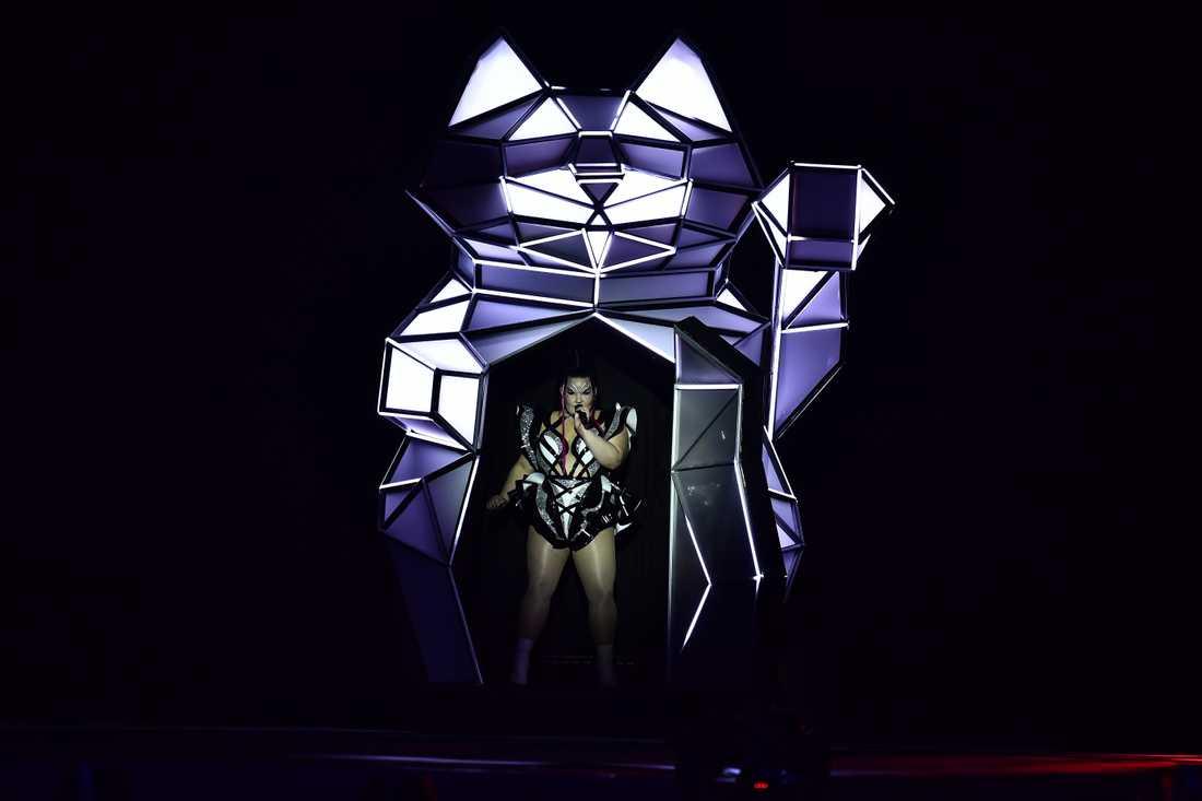 """Netta Barzilai gjorde vinnarlåten """"Toy"""" i ny version som öppningsnummer i Eurovision song contest."""