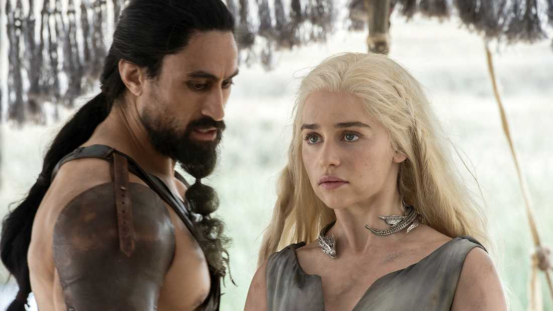 "Joe Naufahu och Emilia Clarke ur sjätte säsongen av ""Game of thrones""."