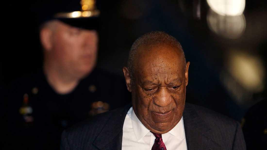 Bill Cosby lämnar onsdagens rättegångsförhandlingar.