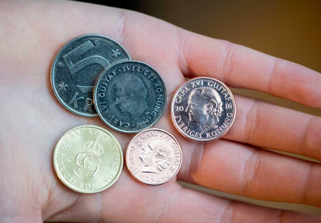 Nya och gamla mynt. De nya fem-, två- och enkronorna är lättare och mindre än sina föregångare till vänster.