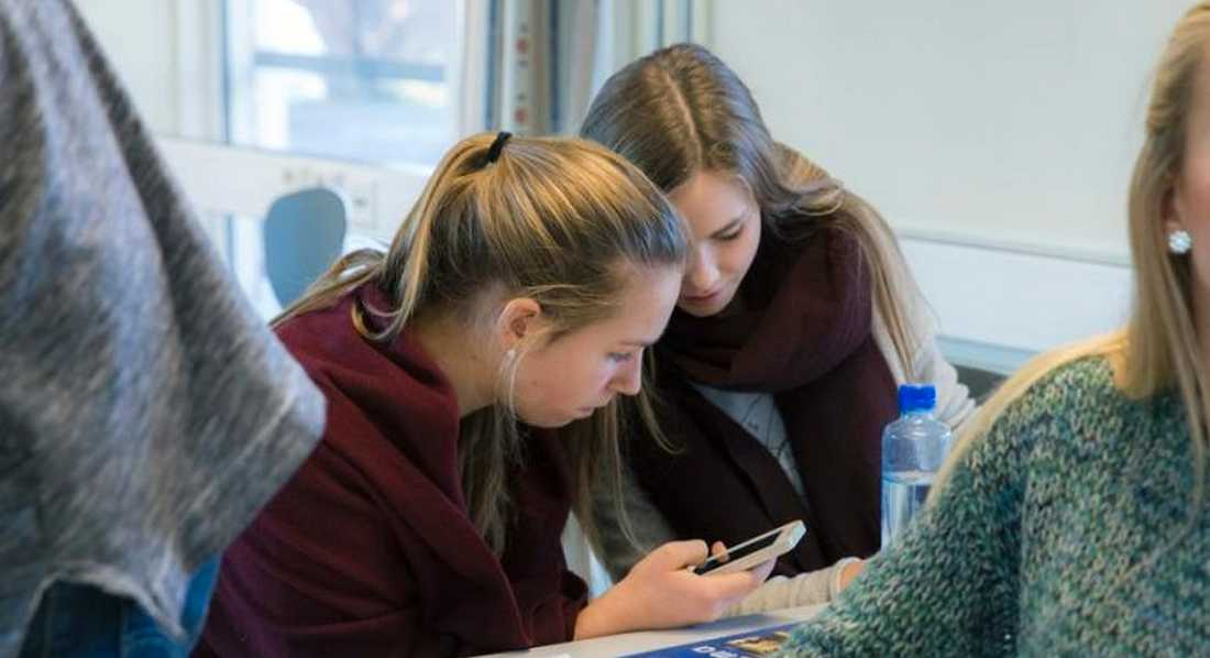 Elever med mobiltelefoner i svenskt klassrum. Obs! Genrebild. Foto: TT.