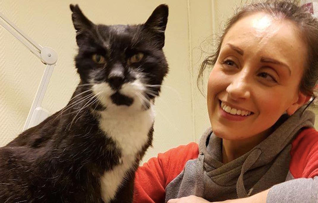 Cindy med 17-åriga katten Alfonso.