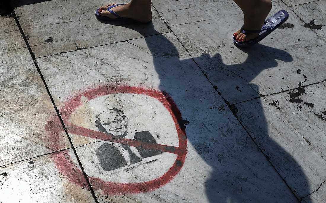 Krisen i Grekland Aten. Premiärminister Papandreou sprejad på trottoaren.