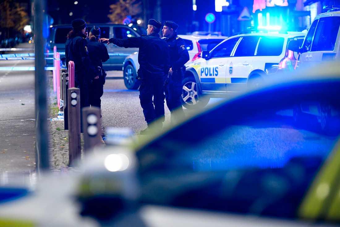 Flera platser har spärrats av i Malmö efter att två personer har skottskadats.