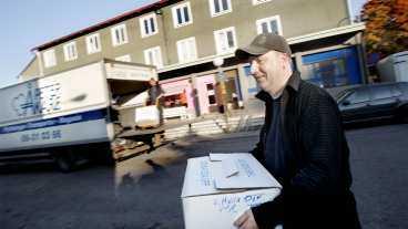 KÅNKAR LÅDOR Joakim Kristiansson är flyttgubbe och ger sina bästa tips för att flytten ska gå så smidigt som möjligt. Just nu är tusentals stockholmare på gång att flytta.