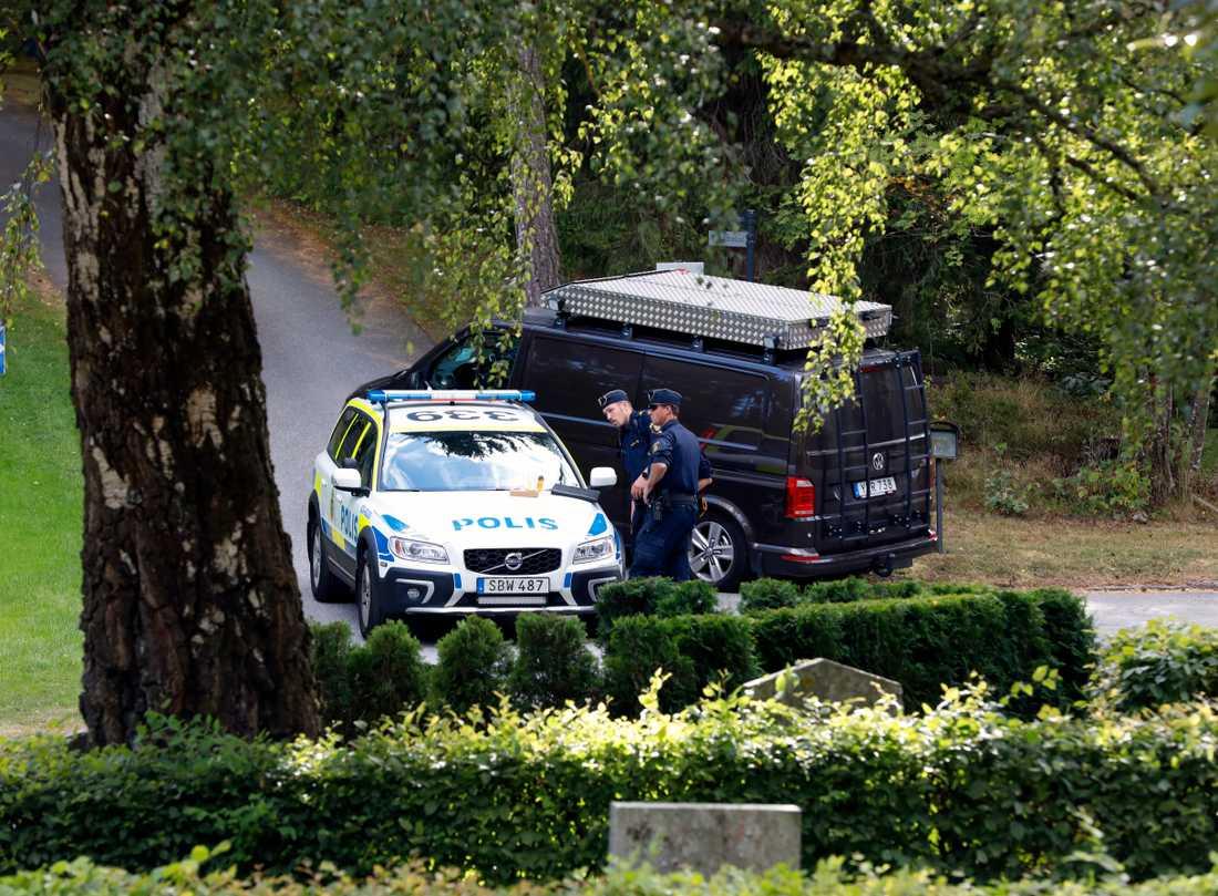 Två pojkar hölls fångna på en kyrkogård i Solna under natten mot söndagen.