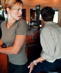Det är inte ovanligt med sexuella trakasserier av unga kvinnor på jobbet, visar en LO-rapport.