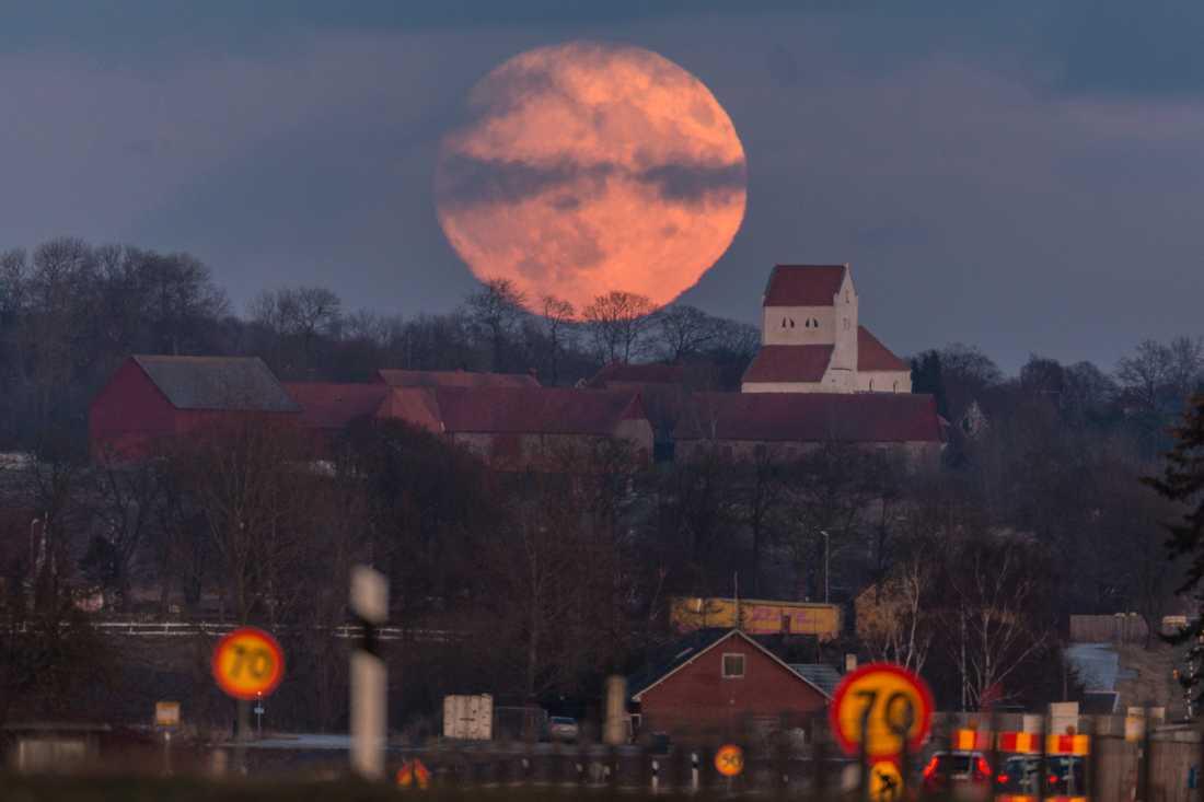 En fin bild på supermånens uppgång bakom Dalby kyrka.
