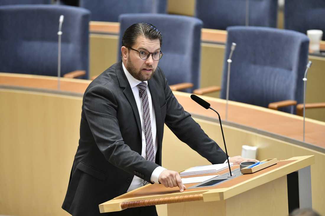 Även SD-ledaren stämde in i kritiken mot regeringens hantering av gängkriminaliteten.