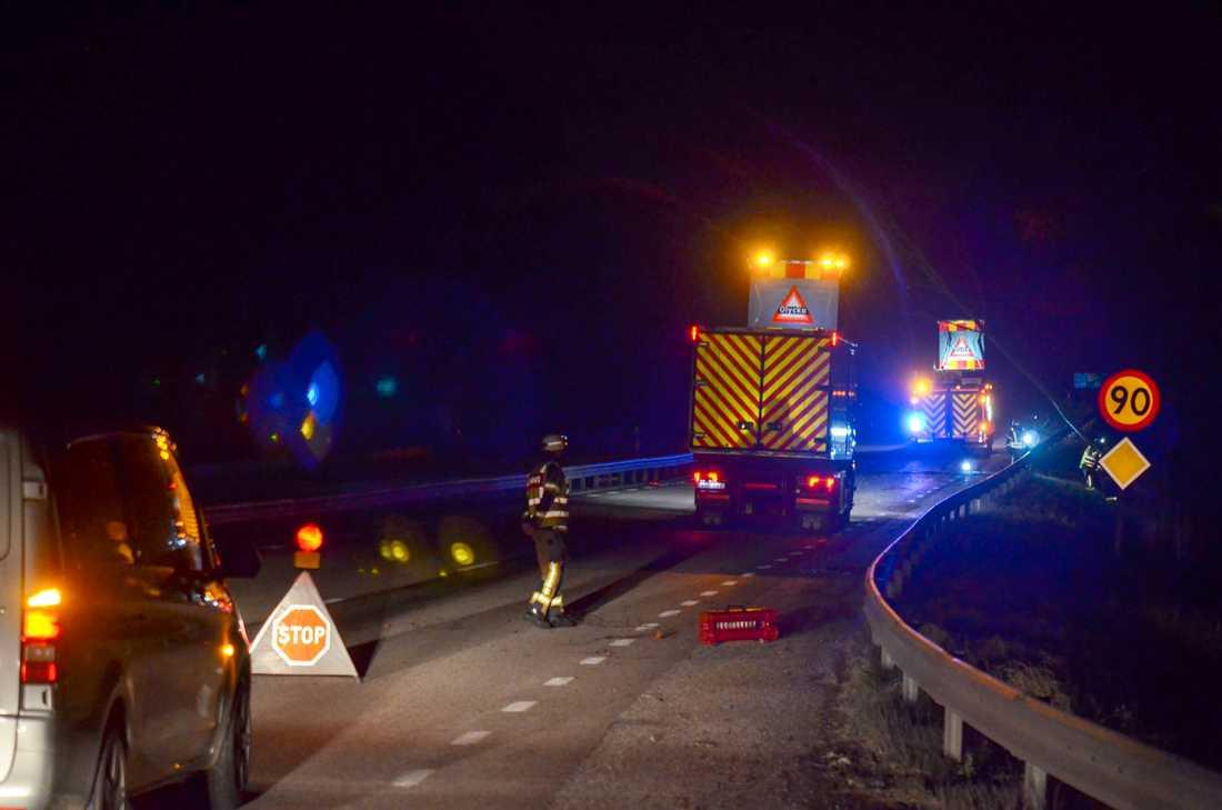 Räddningstjänsten jobbar med att plocka bort ett träd över vägen på E20  i riktning mot Göteborg strax söder om Alingsås. Vägen är avstängd under arbetet.