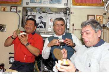 TRE GLADA RYMDMÄN De amerikanska astronauterna Leroy Chiao, Salizhan Sharipov och ryska kosmonauten Yuri Shargin försöker äta.