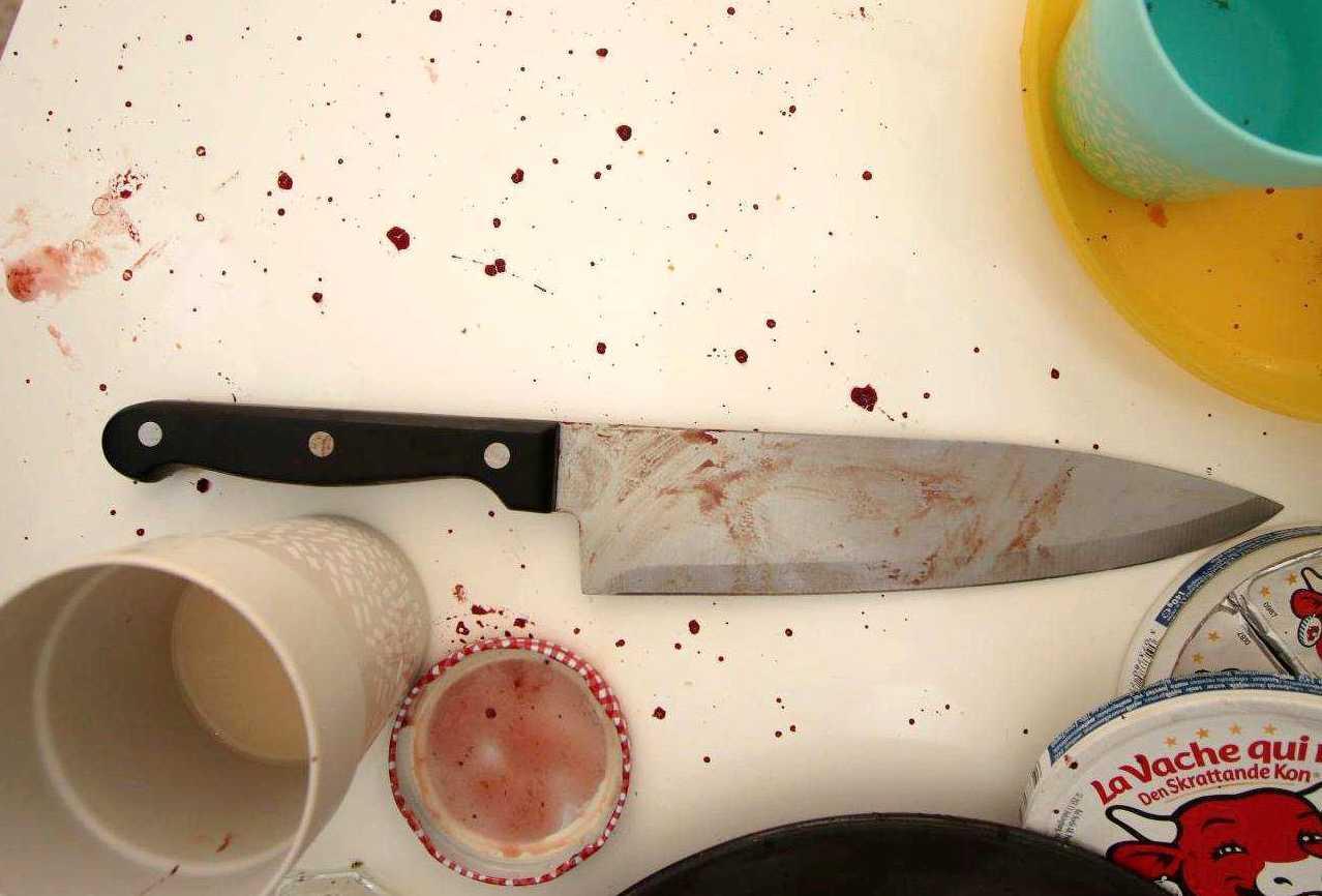 Kniven som användes hittades på köksbordet.