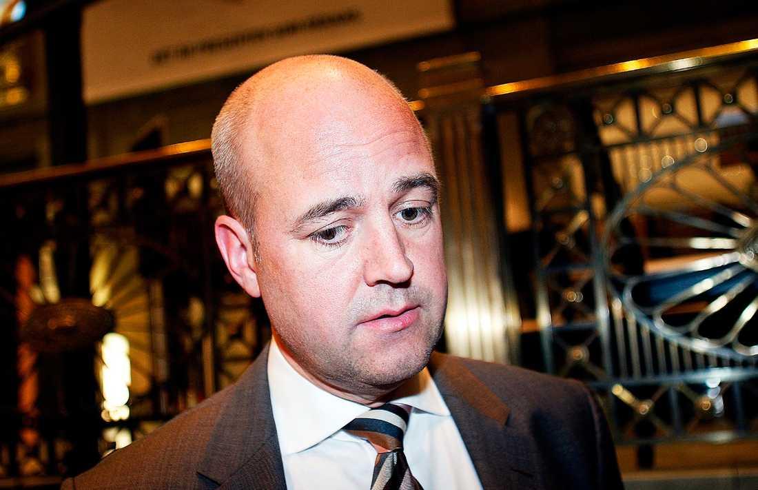 Sur och stingslig Statsminister Fredrik Reinfeldt ser inte ut att ha kul längre. Det kan ha sina förklaringar i att Moderaterna föll 3,6 procentenheter i går medan Socialdemokraterna går framåt.