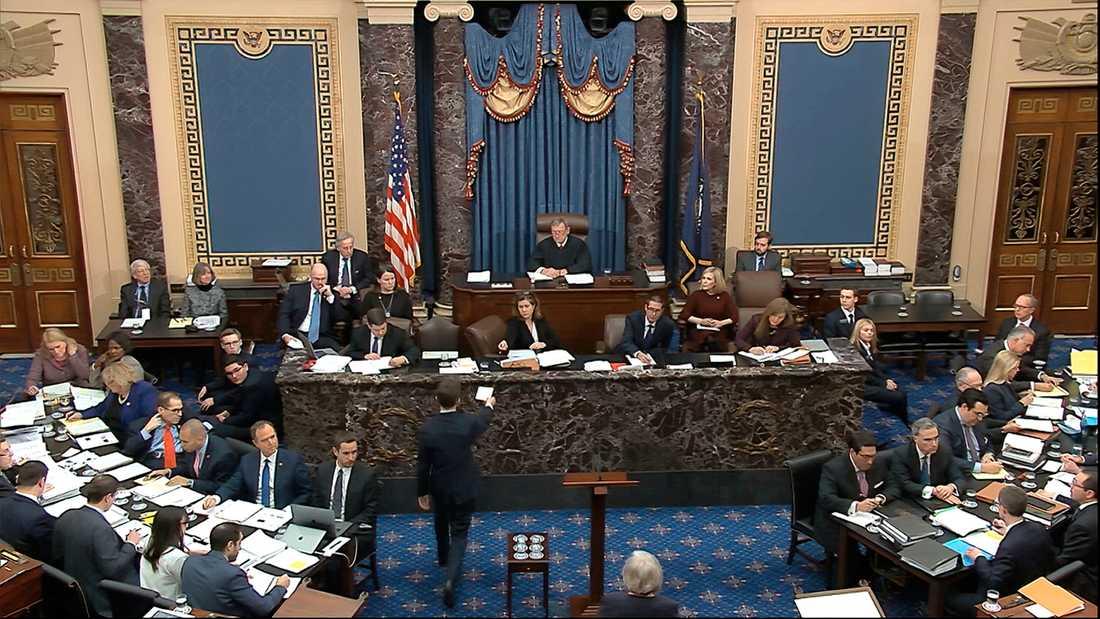 På fredagen väntas den amerikanska senaten rösta i frågan om vittnen ska kallas in i riksrättsprocessen mot president Donald Trump.