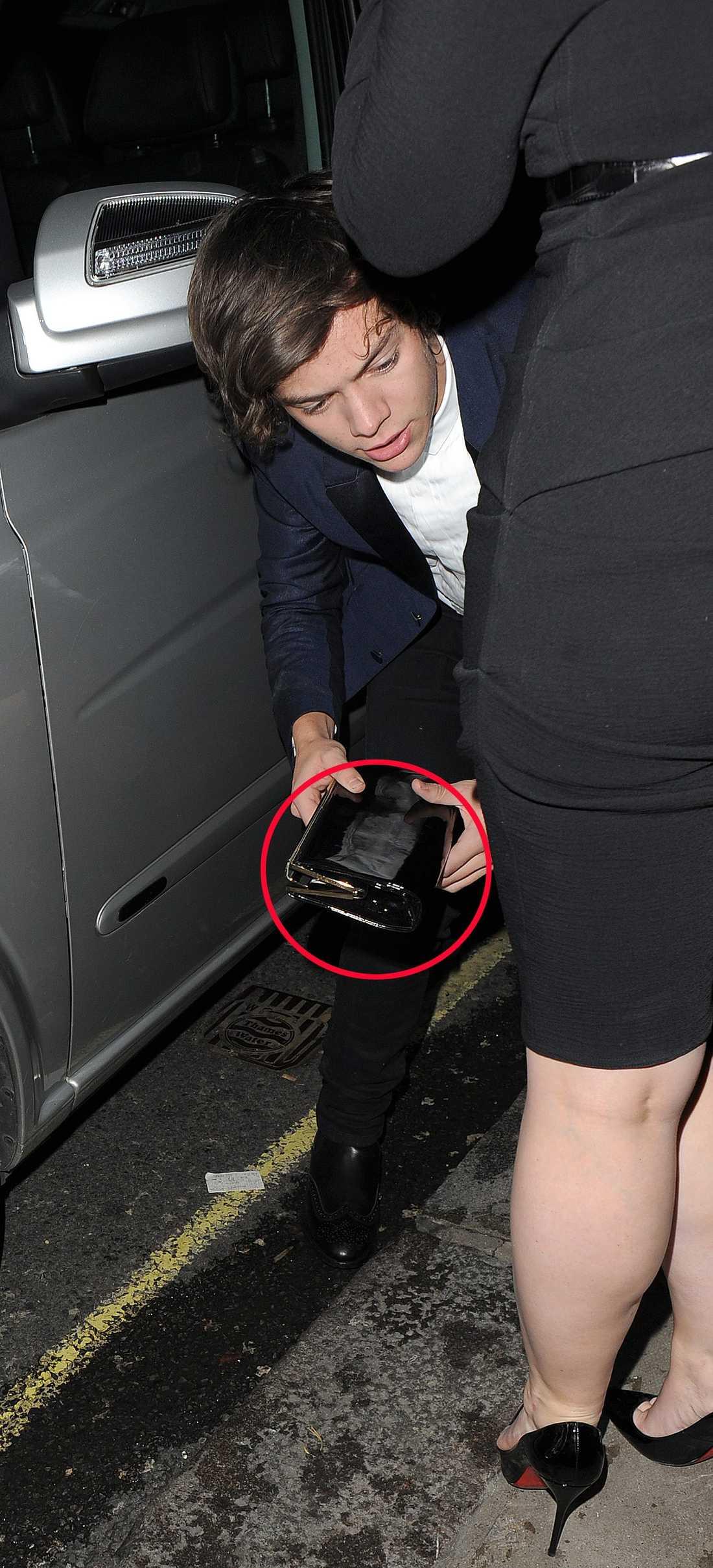 Harry hjälper damer För att förtydliga det hela har vi ritat en rund ring kring handväskan