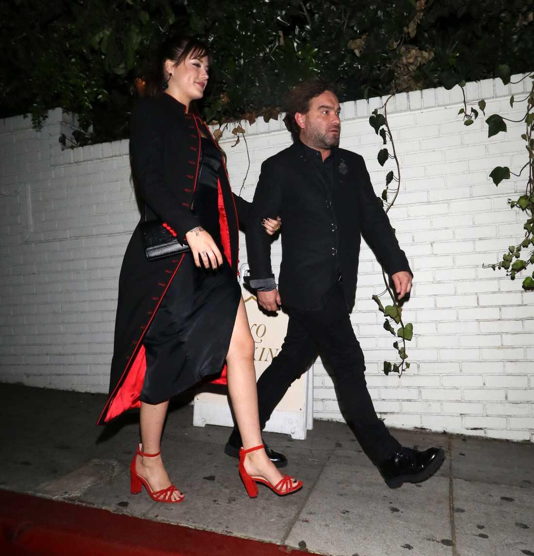 Johnny Galecki tillsammans med Alaina Meyer.