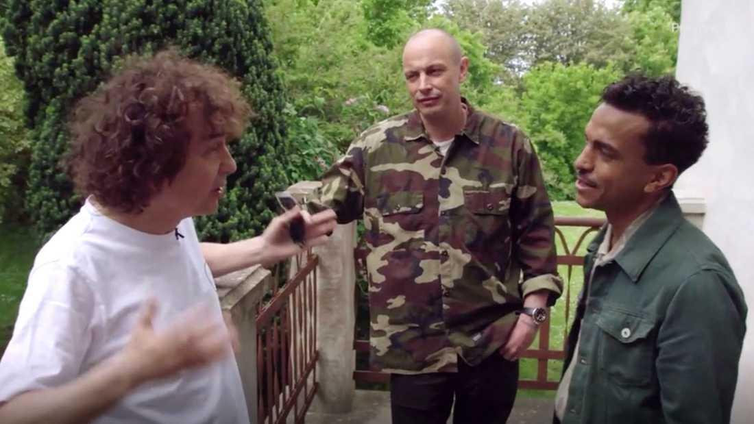 Uggla berättar för Timbuktu om inställda tolkningen medan Petter hör på.