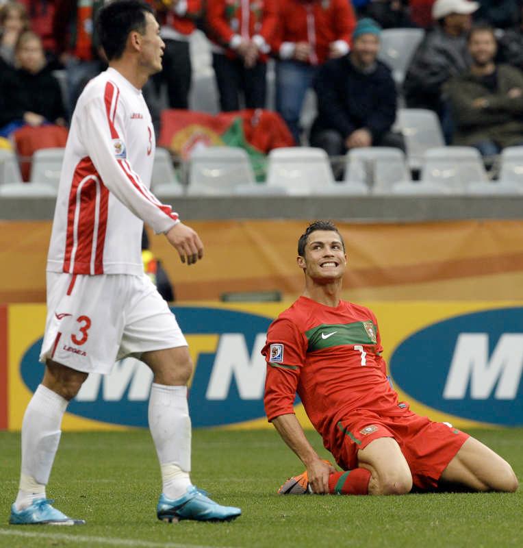 NÖJD Cristiano Ronaldo ler mot Ri Jun Il under matchen den 21 juni, 2010.