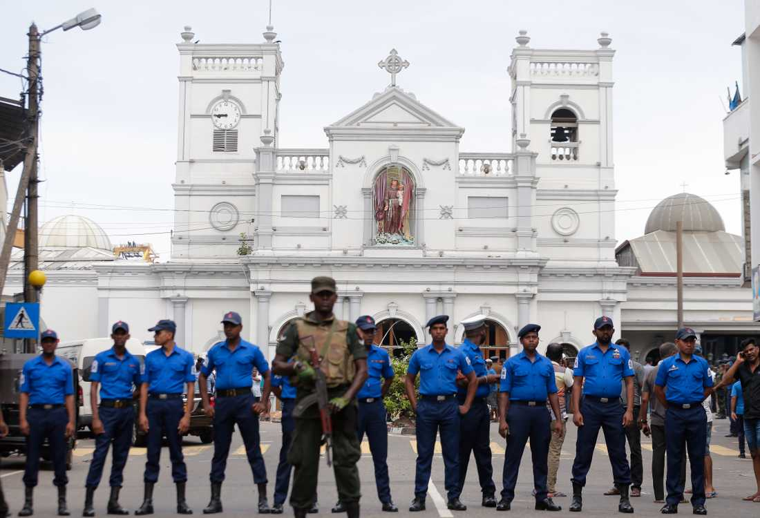 Soldater spärrar av vid kyrkan St Anthony i Colombo.