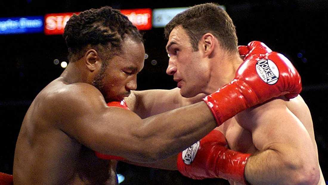 Britten Lennox Lewis (1965-) och ukrainaren Vitalij Klitsjko (1971-) boxas om WBC- och IBO-bältet i juni 2003. Lewis vann matchen, som kom att bli hans sista. 6 februari 2004 avsade sig Lewis WBC- och IBF-titlarna och drog sig tillbaka.