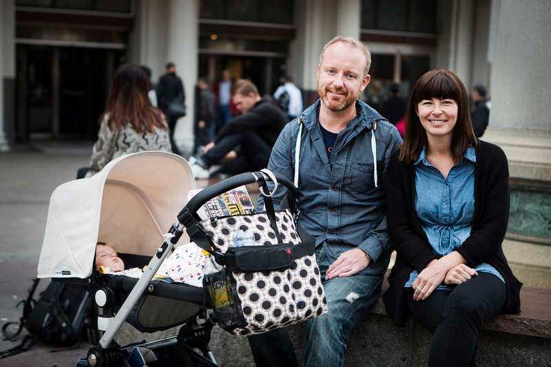 """Jesper Karlsson och sambon Sofia Halvor har tillsammans dottern Alma, sex månader. De tycker båda att jämställdhetspolitiken är viktig i valrörelsen. """"Det är bra att frågan uppmärksammas nu, takten är för långsam"""", säger Jesper Karlsson."""