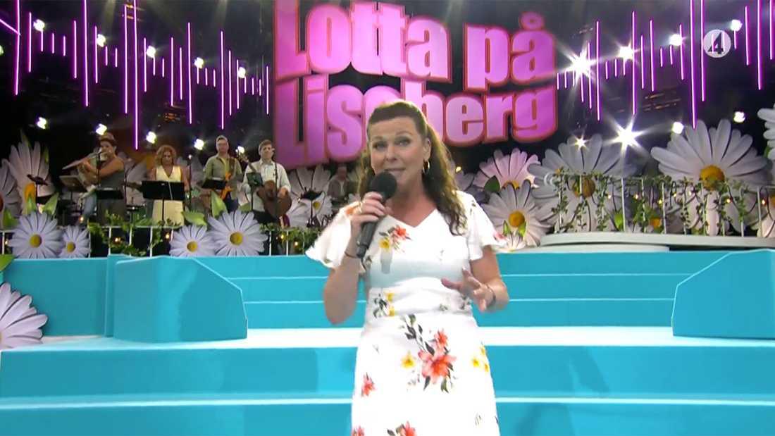 Lotta Enberg med gäster uppträder på ett folktomt Liseberg.