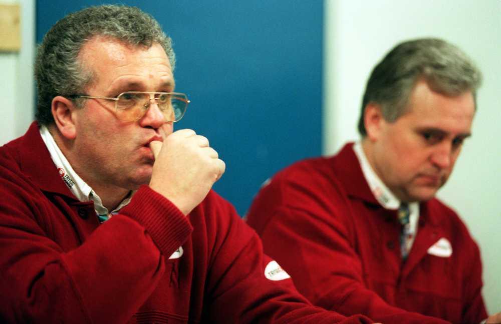 Leksandstränaren Fleming och Västra Frölunda-coachen Lasse Falk håller presskonferens efter en match i slutspelet 1996.