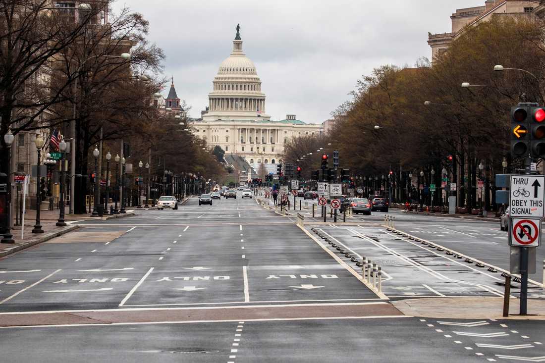 Stillsamt på gatorna i Washington, där USA:s senat har godkänt det enorma stimulanspaketet.