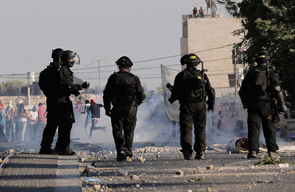 Israelisk polis i kravallerna.