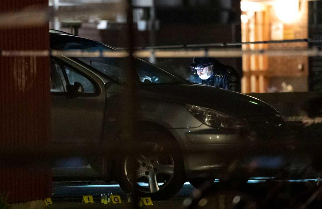 Polisens kriminaltekniker undersöker en bil på Tränsgatan i Helsingborg tidigt på söndagsmorgonen efter att två män förts till sjukhus med mycket allvarliga skador efter en skottlossning.