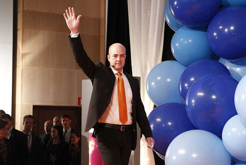 VINNARE – MEN I MINORITET När statsminister Fredrik Reinfeldt strax efter midnatt talade var han en vinnare. Men regeringen är i minoritet. Nu sträcker han ut en hand mot Wetterstrand och Eriksson. –Vi kommer nu att inleda samtal med Miljöpartiet, sa han.