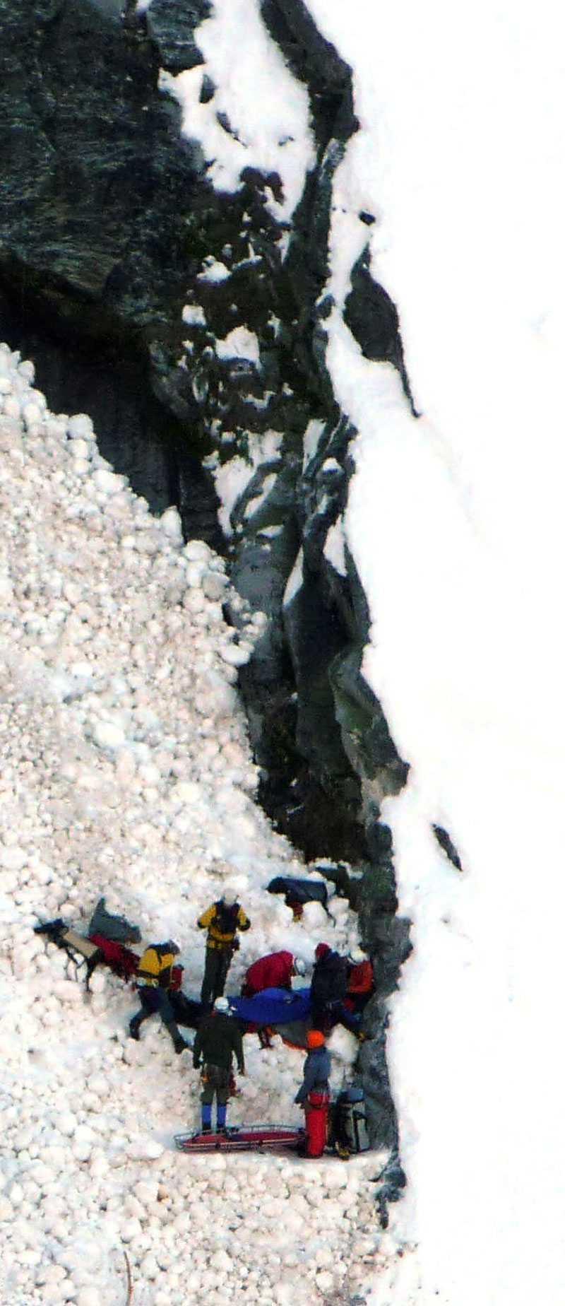 Bilden som är tagen från räddningshelikoptern visar räddningsteamet på plats hos den nödställde mannen.