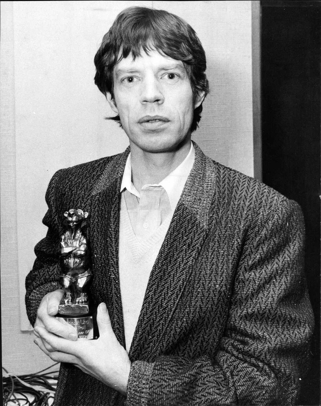 1982 blev The Rolling Stones årets utländska grupp. Bandets sångare Mick Jagger fick äran att ta emot och hålla i Rockbjörnen. Jagger ser för en gångs skull förvånad ut. Och förvirrad.
