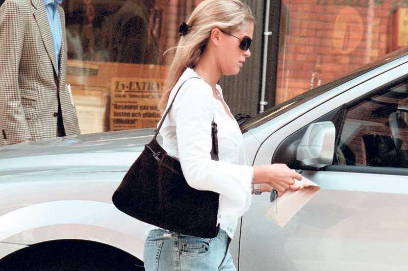 SESSA I FARTEN I juni 2003 kör Madeleine på Nybrogatan i Stockholm – och missar sju skyltar som talar om att det är en gågata. 2004 visar det sig att hon dragit på sig sex böter med sin nya Lexus.