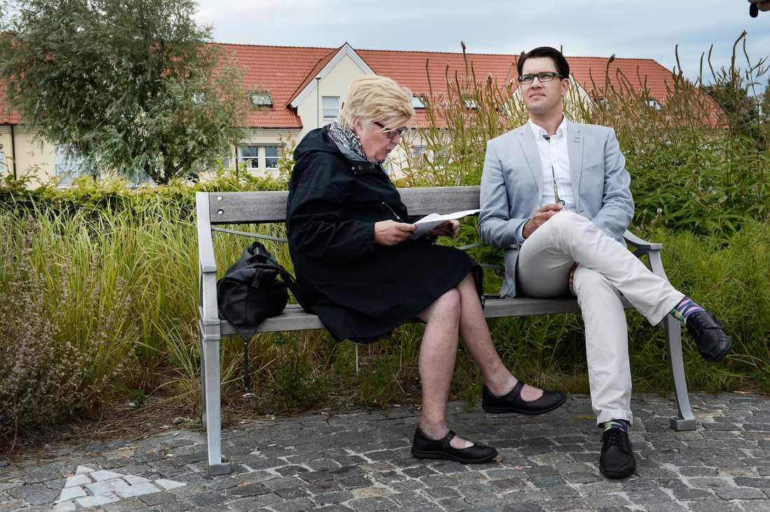 Jimmie Åkesson intervjuas av Aftonbladets Lena Mellin.