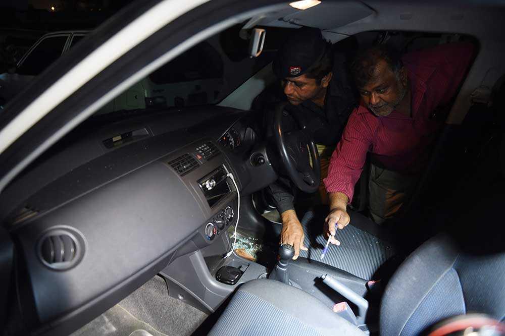 Karachi-polis undersöker bilen i vilken Sabeen satt.