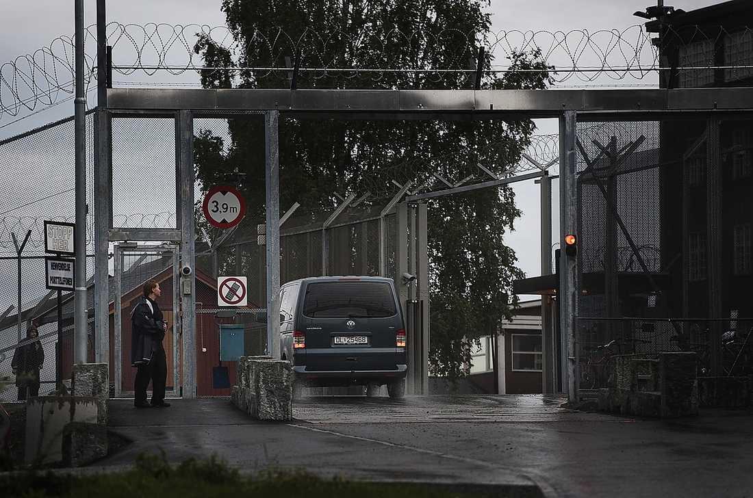 MOT CELLEN Behring Breivik körs i bil till Ila-fängelset.