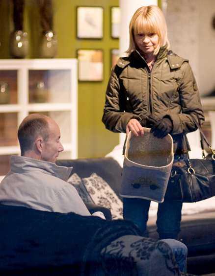Ingemar Stenmark och nya kärleken Tarja Olli tittade på möbler och provade soffor på Södermalm i Stockholm.