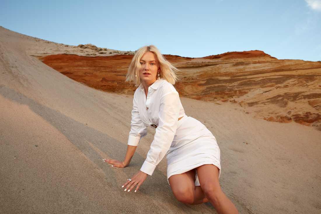 """Astrid S på en officiell pressbild inför releasen av debutalbumet """"Leave it beautiful"""" 2020"""
