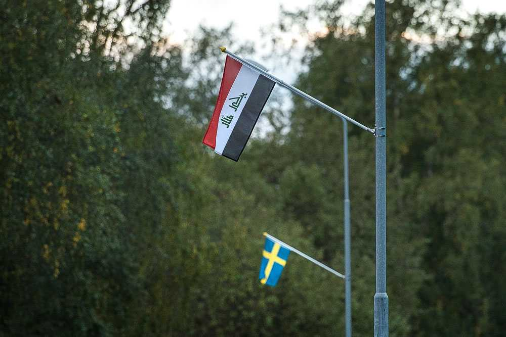 Aktivitetshelg i Nälden med internationell byfest på kvällen. Flaggor från deltagande nationaliteter på byns alla lyktstolpar.